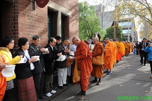 Umat Buddhis di Melbourne, Australia mengikuti prosesi pindapata dalam rangka Vesak 2015, Sabtu (23/5/2015)