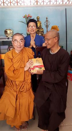 tặng sách cho HT Thích Giác Quang