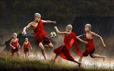 thai-monks-football-1