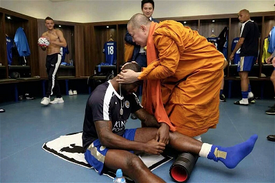 thai-monks-football-2