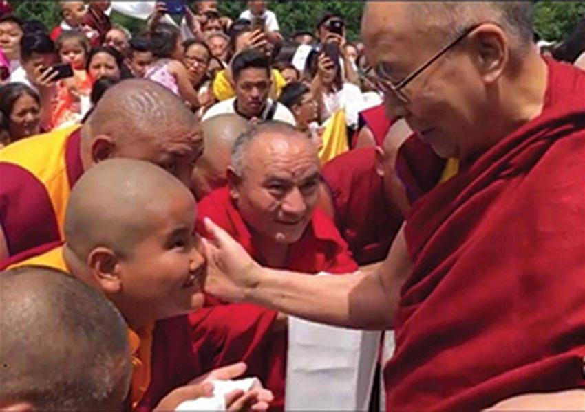 20210808-1 Jalue-Dorje-getting-blessed-by-the-Dalai-Lama
